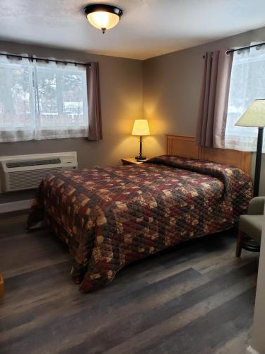 A bed or beds in a room at Bridge Street Inn