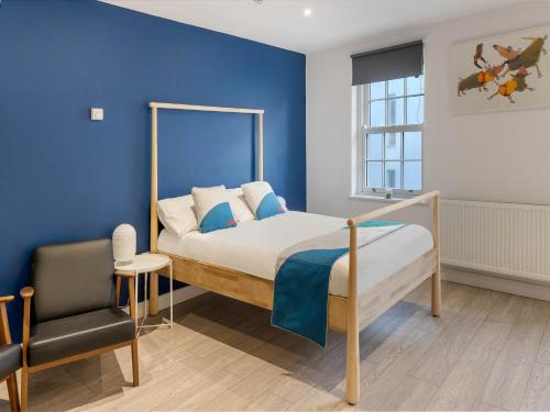 A bed or beds in a room at Brunswick And Thorn