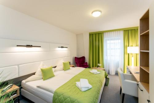 A bed or beds in a room at Hotel Stadtfeld