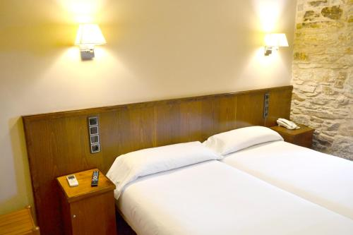 A bed or beds in a room at Hotel Alda Avenida