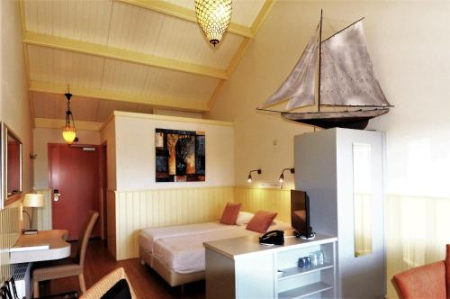 A bed or beds in a room at Jachthaven & Motel Borger
