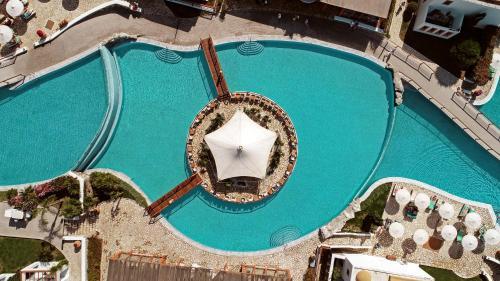 נוף של הבריכה ב-Mitsis Blue Domes Resort & Spa או בסביבה