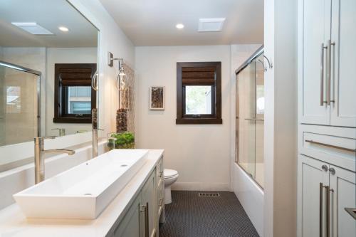 A bathroom at North Shore - West Shore Hideway