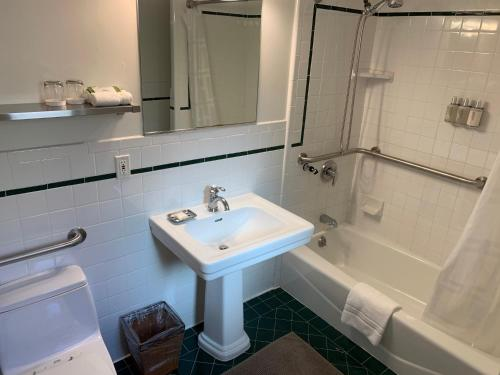 A bathroom at Parker Guest House