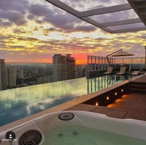 The swimming pool at or close to Flat mobiliado de luxo perto do Goiania Shopping