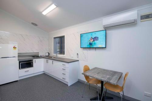 A kitchen or kitchenette at Karrinyup Waters Resort