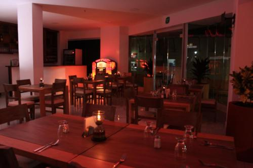A restaurant or other place to eat at Hotel Bicentenario Rionegro