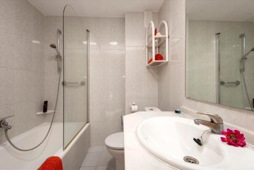 Een badkamer bij Apartamentos Nucleo Cristal