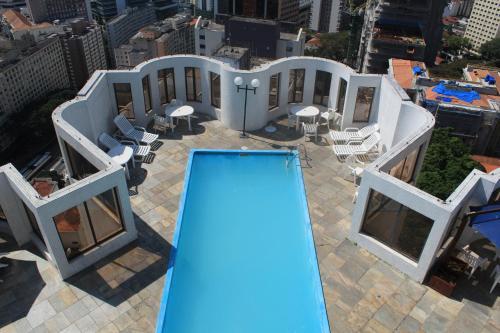 Uma vista da piscina em Travel Inn Paulista Wall Street ou nos arredores