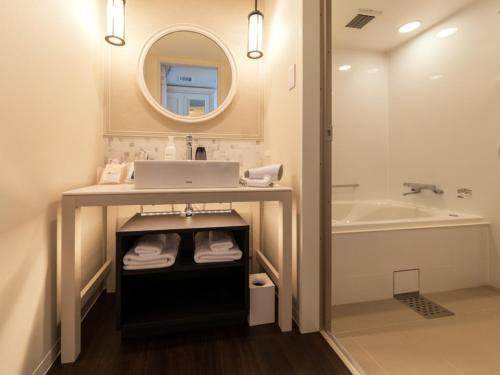 A bathroom at LIBER HOTEL AT UNIVERSAL STUDIOS JAPAN