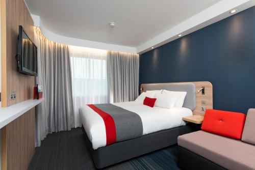 A bed or beds in a room at Holiday Inn Express Bath, an IHG Hotel