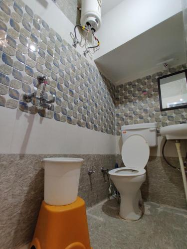 A bathroom at Varah Square Guest House