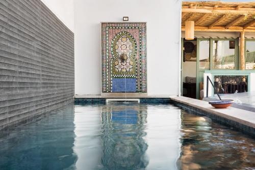 Der Swimmingpool an oder in der Nähe von Riad Dar Nakous