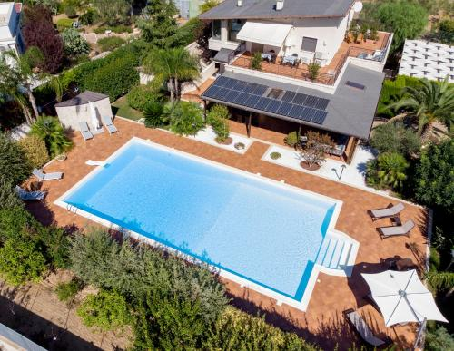 Vista sulla piscina di B&B Valleluna o su una piscina nei dintorni