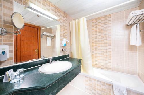 Een badkamer bij The Three Corners Equinox Beach Resort