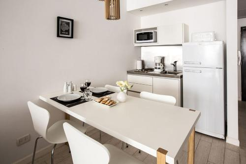 A kitchen or kitchenette at Flaat Recoleta Plaza