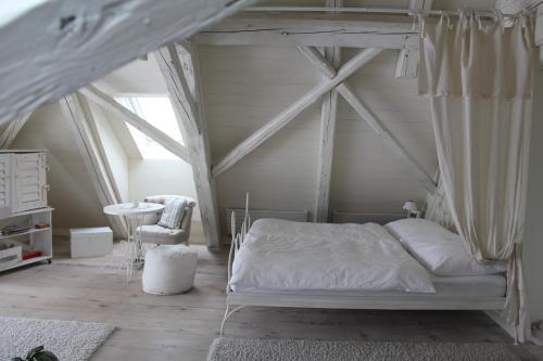 Кровать или кровати в номере Bed and Breakfast Gantrisch Cottage Ferienzimmer