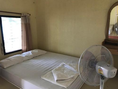 Ein Bett oder Betten in einem Zimmer der Unterkunft Koh Wai Pakarang Resort