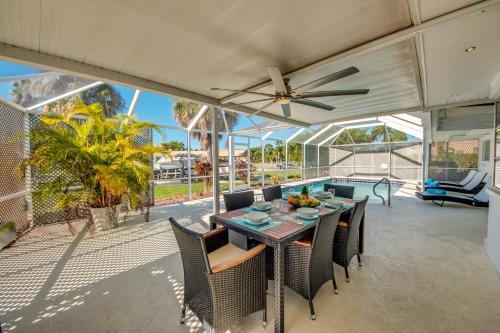 Ein Restaurant oder anderes Speiselokal in der Unterkunft BOATERS.HOUSE Cape Coral, Florida