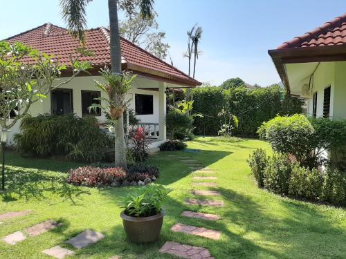 Ein Garten an der Unterkunft Smile House & Pool