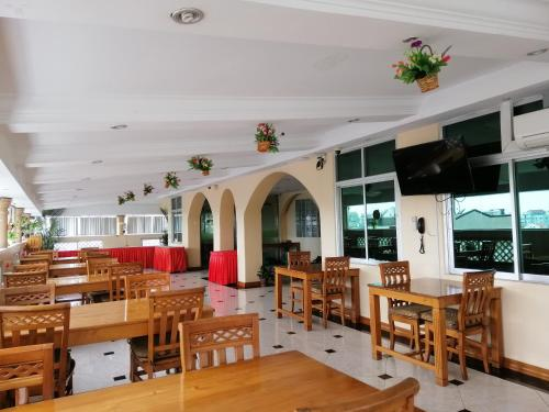 A restaurant or other place to eat at Grand Laurel Hotel
