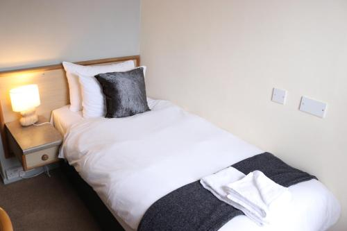 A bed or beds in a room at Globe & Crown