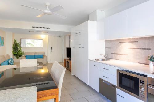 A kitchen or kitchenette at Imagine Drift Palm Cove