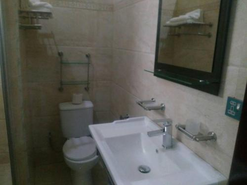 A bathroom at Kingsville Guest House