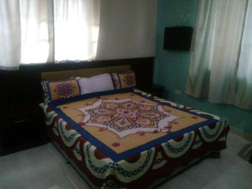 A bed or beds in a room at Kingsville Guest House