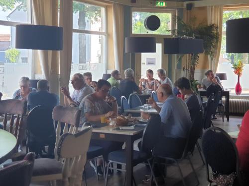 A restaurant or other place to eat at De Zevende Hemel