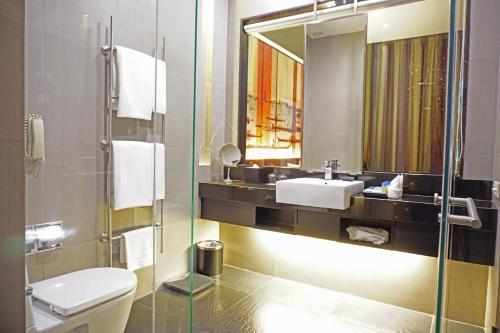 A bathroom at Park Plaza Bangkok Soi 18