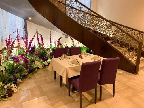 مطعم أو مكان آخر لتناول الطعام في فندق فيوليت العزيزية