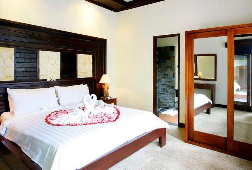 A bed or beds in a room at Taman Sari Bali Villas Kerobokan