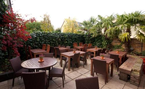 A restaurant or other place to eat at Kew Gardens Hotel