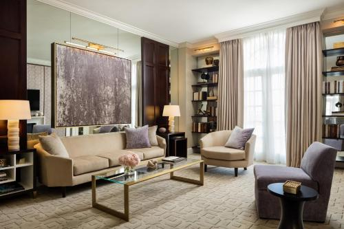 A seating area at Rosewood Mansion on Turtle Creek