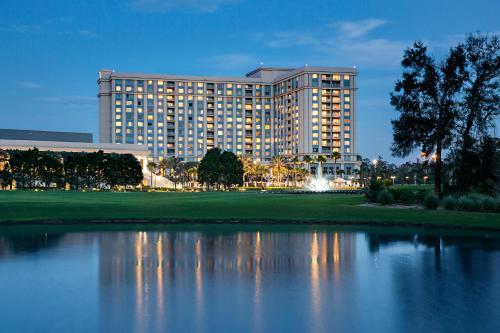 Der Swimmingpool an oder in der Nähe von Waldorf Astoria Orlando