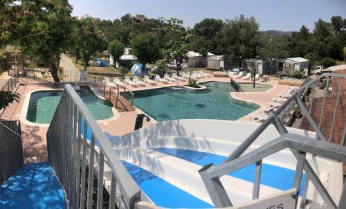 Vue sur la piscine de l'établissement Camping Lou Cabasson ou sur une piscine à proximité