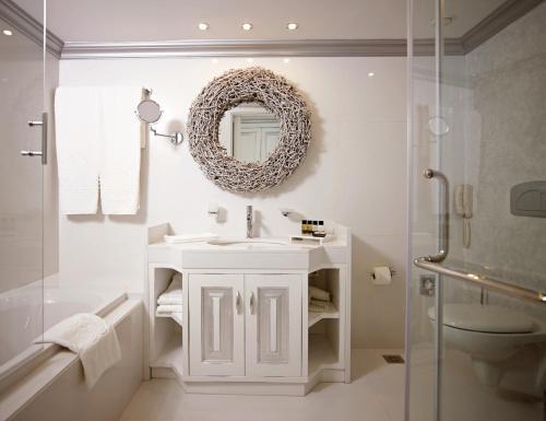 A bathroom at Mitsis Alila Resort & Spa