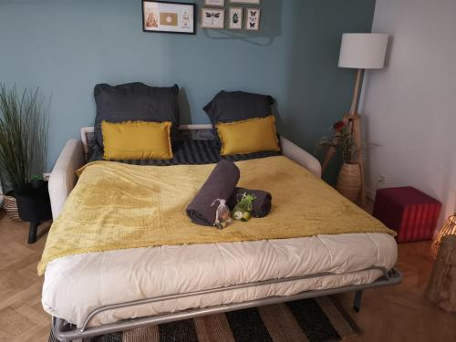 A bed or beds in a room at Cosy studio Chaumoncel sucy en brie