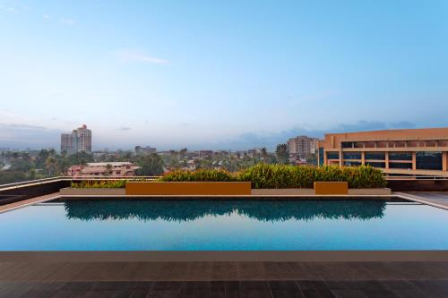 The swimming pool at or close to Kochi Marriott Hotel