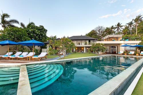 The swimming pool at or near Villa Aamisha