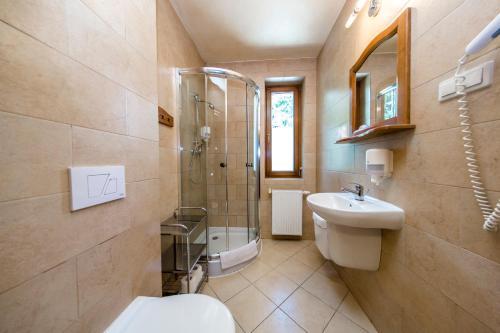 A bathroom at Hotel Dwór Karolówka