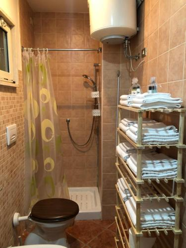 A bathroom at La villetta senza tempo