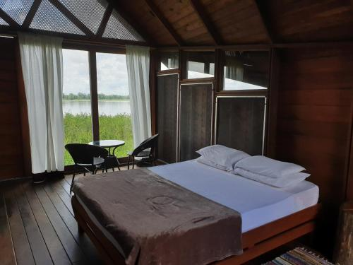 Een bed of bedden in een kamer bij Houttuyn Wellness River Resort