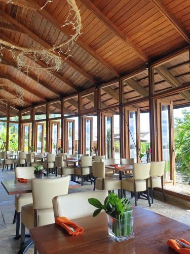 Een restaurant of ander eetgelegenheid bij Houttuyn Wellness River Resort