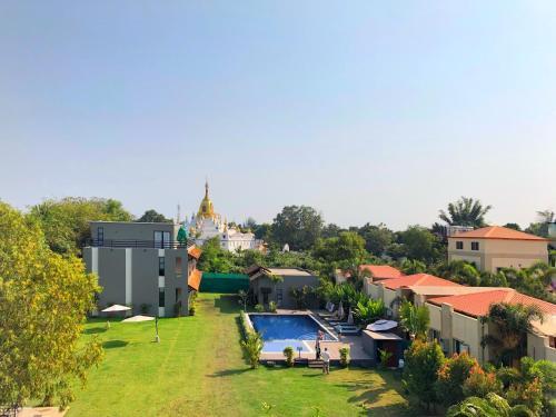 Ein Blick auf den Pool von der Unterkunft Kanbawza Hinthar Hotel oder aus der Nähe