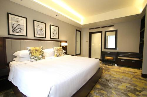 A bed or beds in a room at Royal Plaza on Scotts