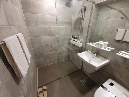 A bathroom at Hotel Wooyeon Flora