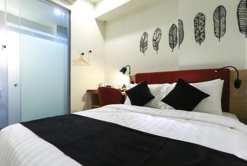 Ein Bett oder Betten in einem Zimmer der Unterkunft Avenue J Hotel, Central Market