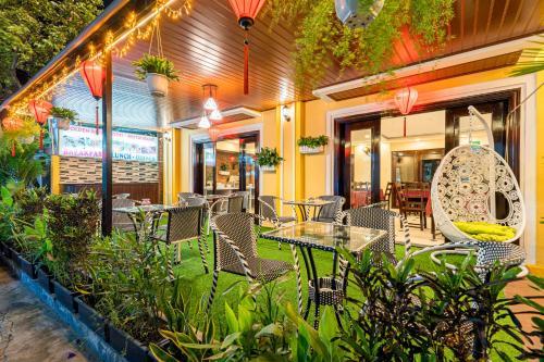 Ein Restaurant oder anderes Speiselokal in der Unterkunft Golden River Hotel
